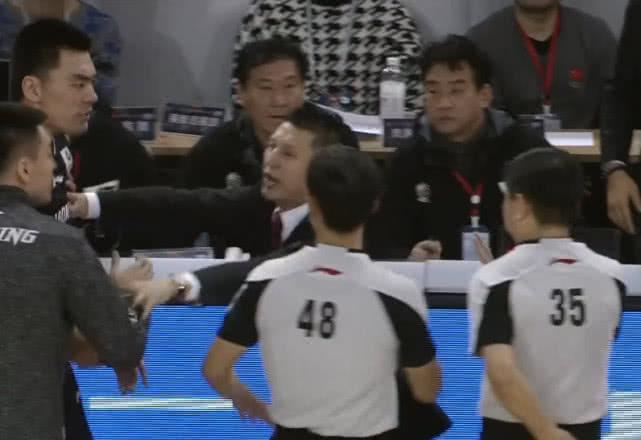 冷静!郭士强害怕吃技术犯规,让球员都回去坐着,只身与裁判交涉