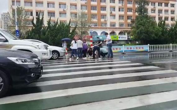 感人一幕!卖水果老人翻车水果撒一地,12个人冒雨跑下车帮忙